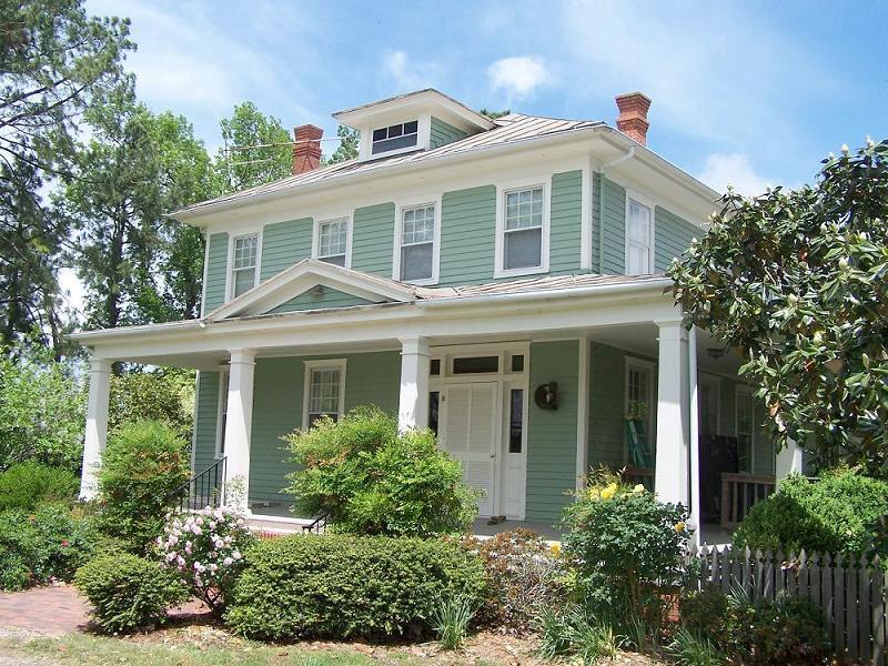 1907 American Foursquare in Edenton, North Carolina - OldHouses.com